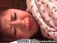 Maliziosi ragazza asiatica gode di giocattolo Inculata suonare