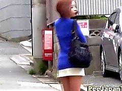 Chick pee asiática molesta en publico