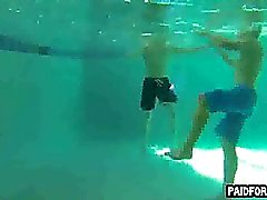 Gerade Hobby Stück Das Saugen am Unterwasser Hahn