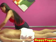 Bigtitted saccades masseuse asiatique tandis que Fingered