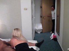 Geiler Vierer mit Zwei Zimmermaedchen im Hotel