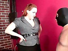 Tätowiert dominatrix an den Fersen zu quälen Hahn