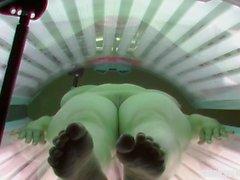 Огромные природные сиськи в солярии