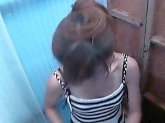 Magere ragazza dai capelli rossi toglie il costume per cambiare in
