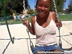A menina do ébano dos anos de idade 18 obtem fodida na câmera!