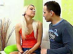 Jovem babe recebendo sua fenda fodida por dois cravos lusty