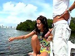 Tiny girl veneellä on perseestä Big Dick