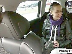 Biatch de Amateur doggied en el backseat por el conductor pervertir