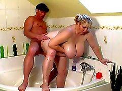 Grosse Fette Girls bumst in bathroom