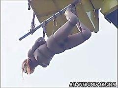 Japanska babe knullade och blir upphängd i en kran