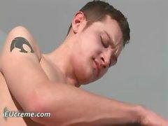 Deepthroating robinet dur gay et les battre Partie2