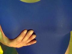 Faux seins - certains posant en maillot de bain bleu, corps rasé
