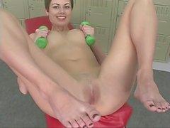 Svelte gym babe pleasures herself