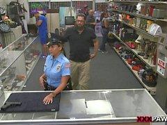 dell'ufficiale di polizia inveiva da parte cattivo ragazzo di di pedone