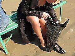 Girl in kullanruskeana stockings ilman pikkuhousuja muuttamatta shues