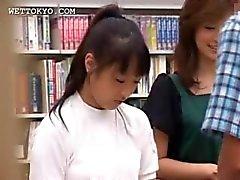 Brünett Asiatin zu verführen coed in der Bibliothek