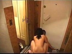 Morena atraente recebe martelado duro do surfac elevador