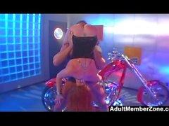 Biker Chick Audrey Hollander saa kovaa anaalia