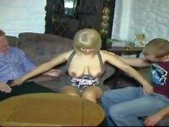 STP5 Hot Sexy Milf prend son mari et son fils dans le bar!