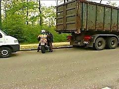 Французская куриных заканчивается байкеров прочь после минета