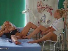 Eccitata Milf ha sorprendente la punta fottuta cure dal infermiera calda