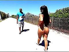 Latina atractiva en la playa