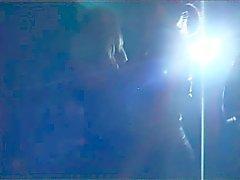 De wendy et le Lis baiser dans des toilettes de la boîte de nuit