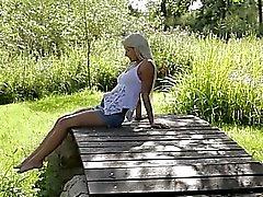 Blondi nainen Ruotsista koskettava klitorista