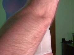 Faux Seins - posant en blanc sport-corps, rasé.
