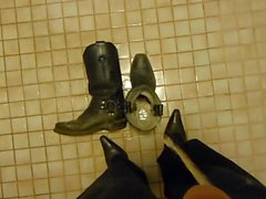 Piss in Cowboy-Stiefel