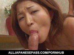 Yuki Touma con grandes tetas se la follan grieta después de lamer pollas