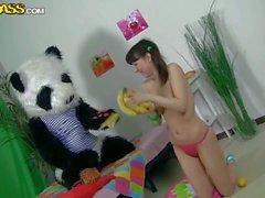 Sexe a faim ado fille Michel aime le de faux bite de panda . qu'elle