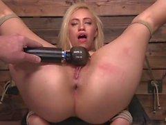 Hot Blonde Lyra Gesetz ist gebunden
