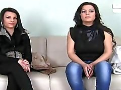 Angela en Anne op casting couch