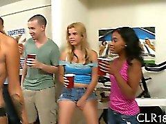 Studentesse Troia ottenere loro pussies strette forate