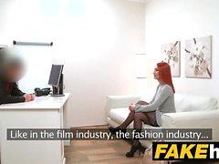 Agent Faux Horny Redhead préfère bite dure sur chatte humide