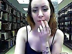 Hot MILF хорошими flases тела и дразнит у публичная библиотека