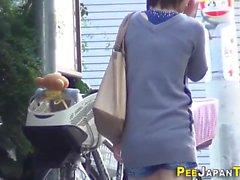 Asiatischer Teenager spritzen pee
