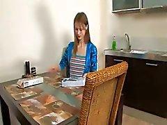 Rondborstige Spaanse tiener speelt met kut