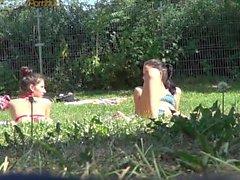 Atractiva de bikiní los bebés correas micro en la piscina de