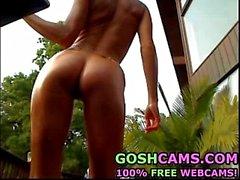 Impresionante modelo de fitness top model con hermoso cuerpo aceitado exibicionista al aire libre