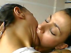 Бразильского а не сестра-близнец лесбиянки поцелуем