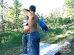 Iki çalışırken genç eşcinsel erkekler kahrolası önceki , ormanlık katta yer eğlenceler