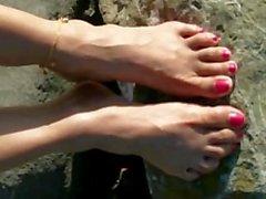 La punta dei piedi al molo della baia