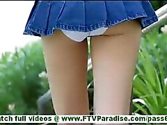 Karina sexy ass blonde in korte rok knipperende slipje knippert kutje en speelde kut buitenshuis