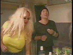Busty sarışın Pamela Peaks iki bi erkek ve dildos üzerinde bir eşek alır