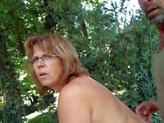 Helene naken i trädgården