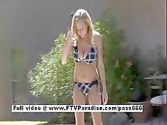 Mooie Busty naakte blonde in het zwembad