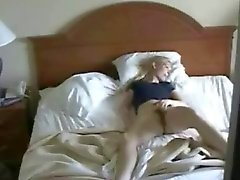 Hidden cam in bedroom erwischt meine Mutter masturbierenden