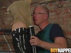 Avvolto sub ragazzo ottiene un jerkoff disordinato da vecchio pervertito